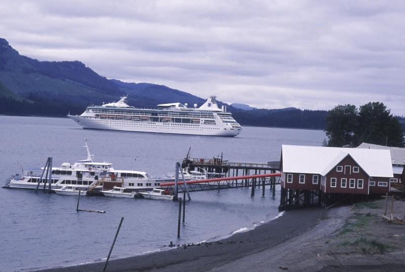 Красивый вид на круизный лайнер в Норвегии