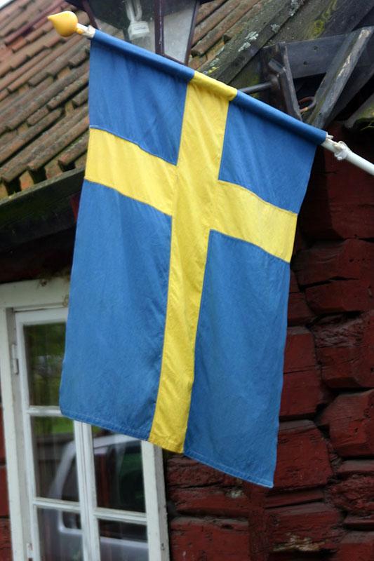 Флаг Швеции висит на доме