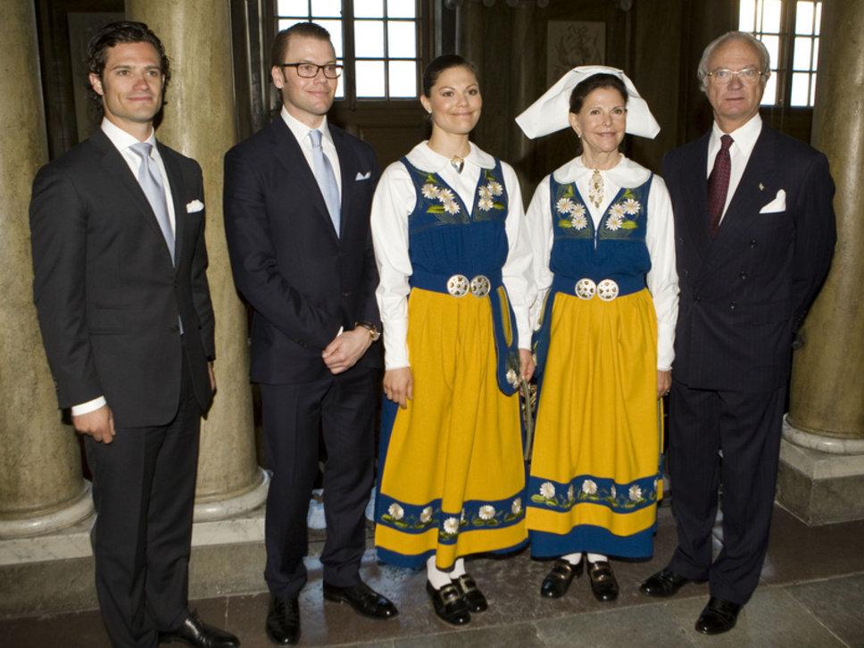 Шведская королевская семья в национальном костюме
