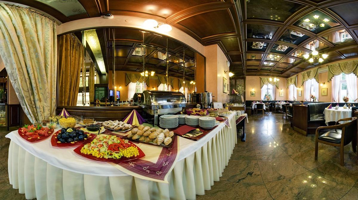 Роскошный шведский стол в гостинице