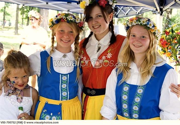 шведские школьницы в национальном одеянии