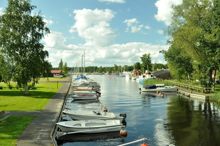 Река и лодки