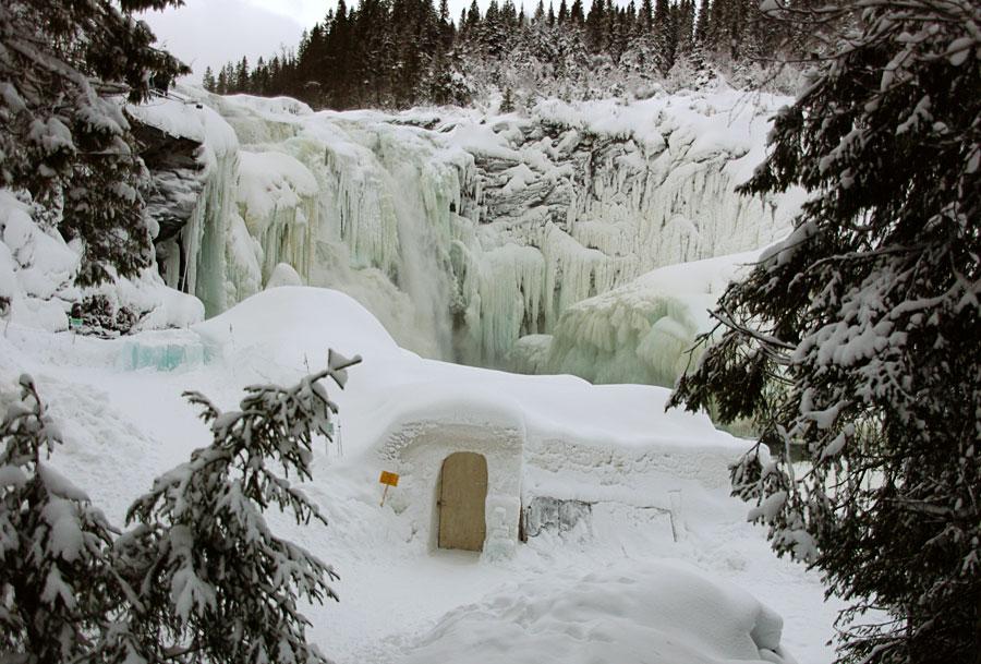 Замерзший зимой водопад