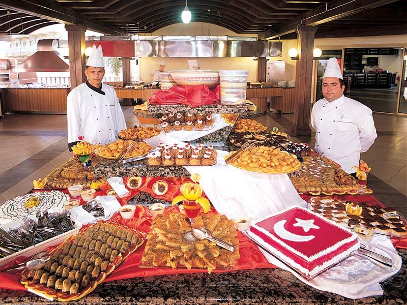 Богатый свежими продуктами Шведский стол в Турции